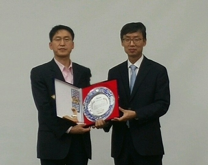 Prof. Kanghyun Jo (left) received Academic Award.